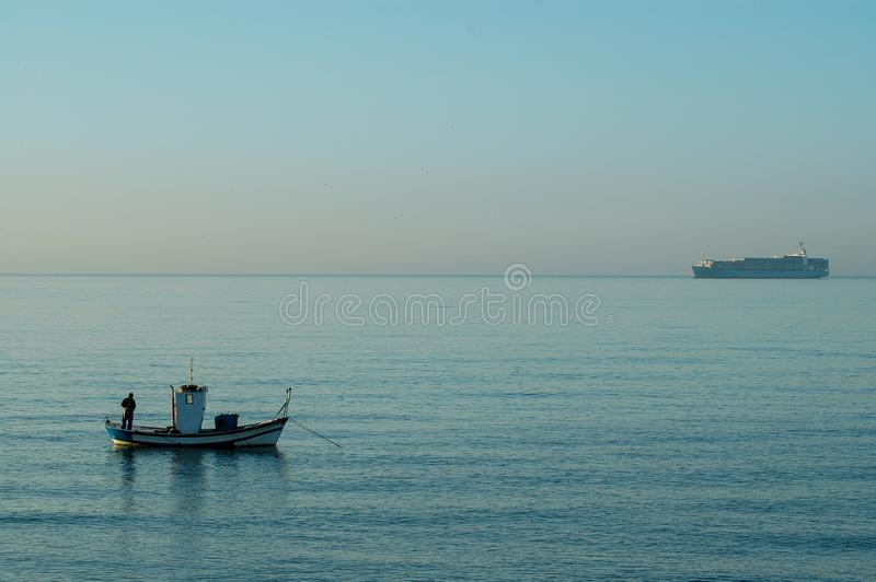 SPANIEN MALAGA - OKTOBER 30 2009: Fiskare på kusten för El Palo tidigt på morgonen arkivbilder