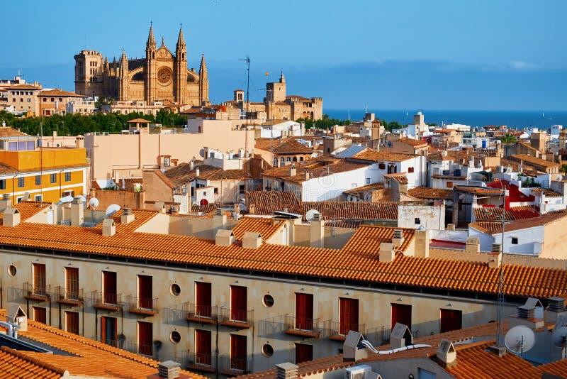Spanien Palma de Mallorca historiskt centrum med sikt av den gotiska domkyrkalaen Seu när du stämm överens det greyed balearic ge fotografering för bildbyråer
