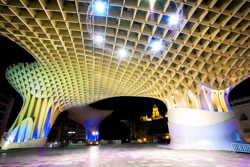 SPANIEN - SEVILLA: Nattsikt av den Metropol slags solskydd i plazaen Encarnacion, Andalusia landskap arkivfoton