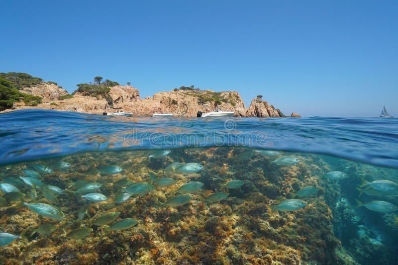 Spanien stenig kust med den undervattens- fartyg och fisken royaltyfria bilder