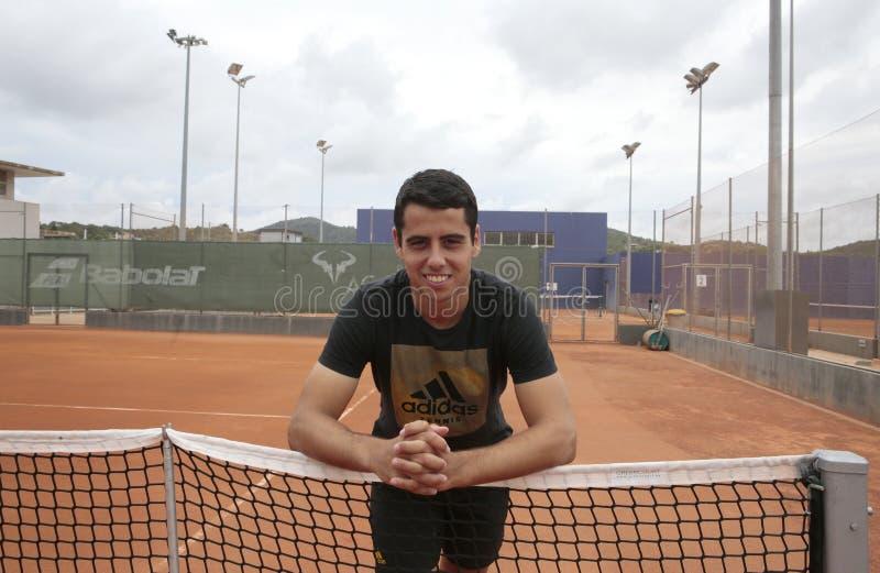 Spanien-Tennisspieler Jaume Munar-Haltung in den Rafa Nadal-Hochschulanlagen stockfotografie
