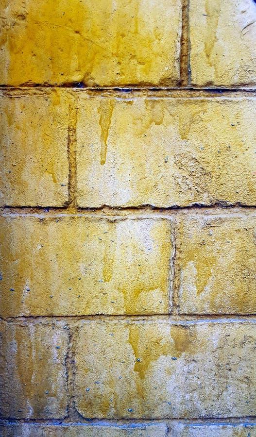 Spanische Backsteinmauer im Fischgrätenmustermuster und schlecht gemalt stockfoto