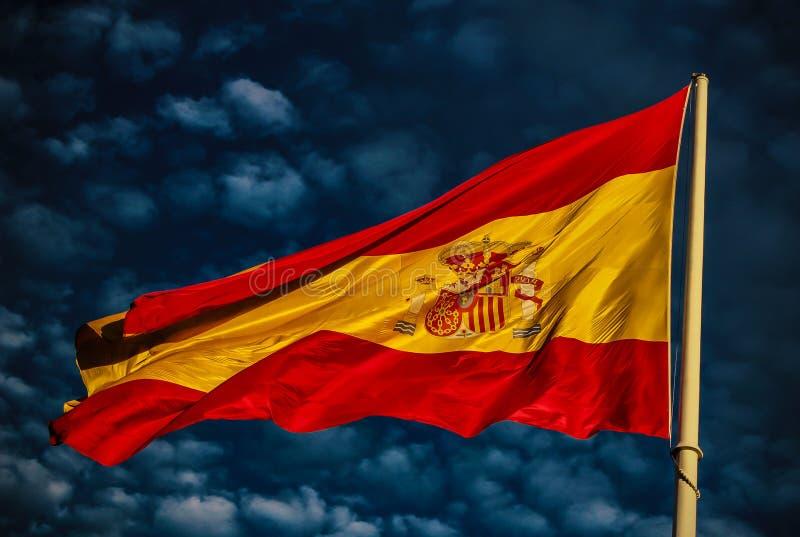 Spanische Flagge gelbe und rote Farben, sehen Sie den starken Kontrast mit dem Himmel und die Wolken, das Blau und das Weiß lizenzfreie stockbilder