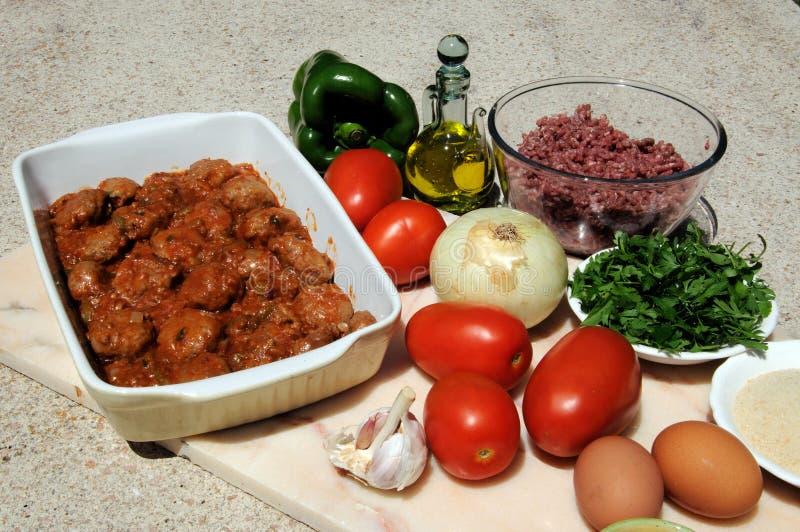 Spanische Fleischklöschen und rohe Bestandteile. stockbilder