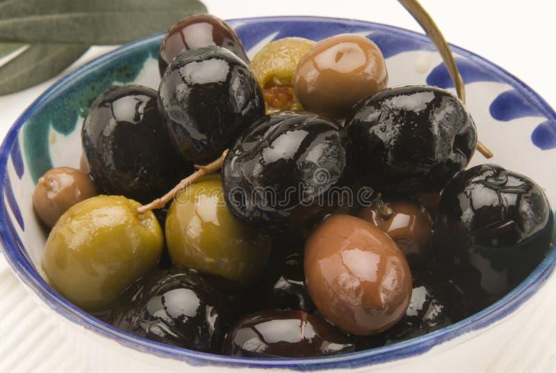 Spanische Küche. Sortierte Oliven. lizenzfreies stockbild