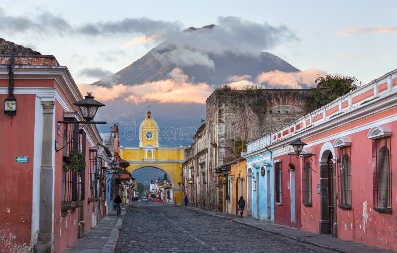 Spanische kolonialarchitektur Santa Catalina Arch Agua Volcano Antigua Guatemala lizenzfreies stockfoto