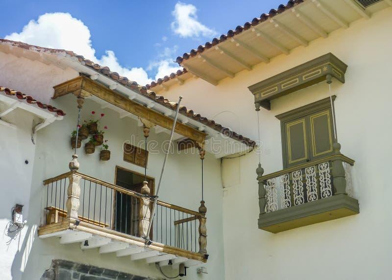 Spanische Kolonialstil-Balkone lizenzfreies stockfoto
