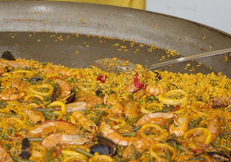 Spanische Paella mit Reis und Fischen lizenzfreie stockfotos