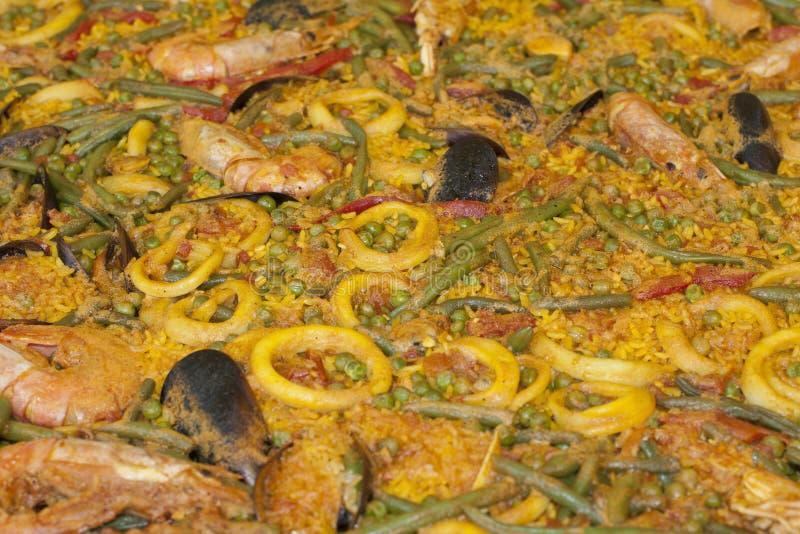 Spanische Paella mit Reis und Fischen lizenzfreie stockfotografie