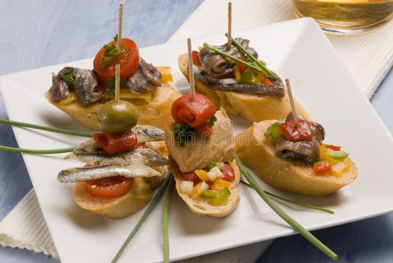 Spanische Tapas. Brotscheiben eingehangen mit Thunfisch. stockbild