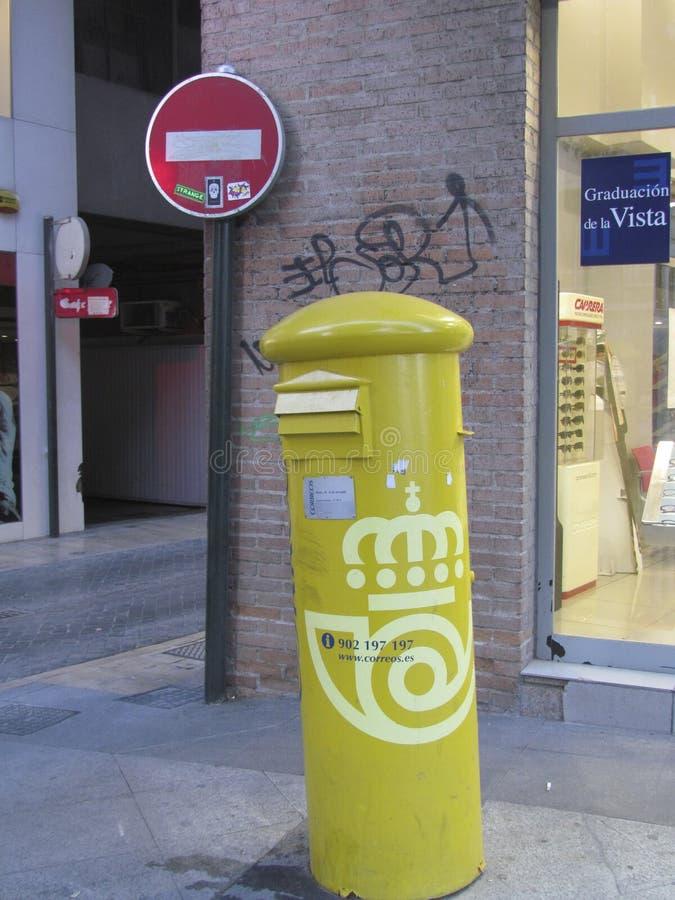 Spanischer gelber Briefkasten stockfotografie