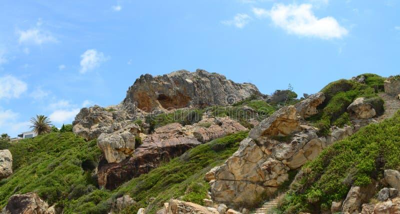 Spanischer Hügel nahe dem Strand stockbilder