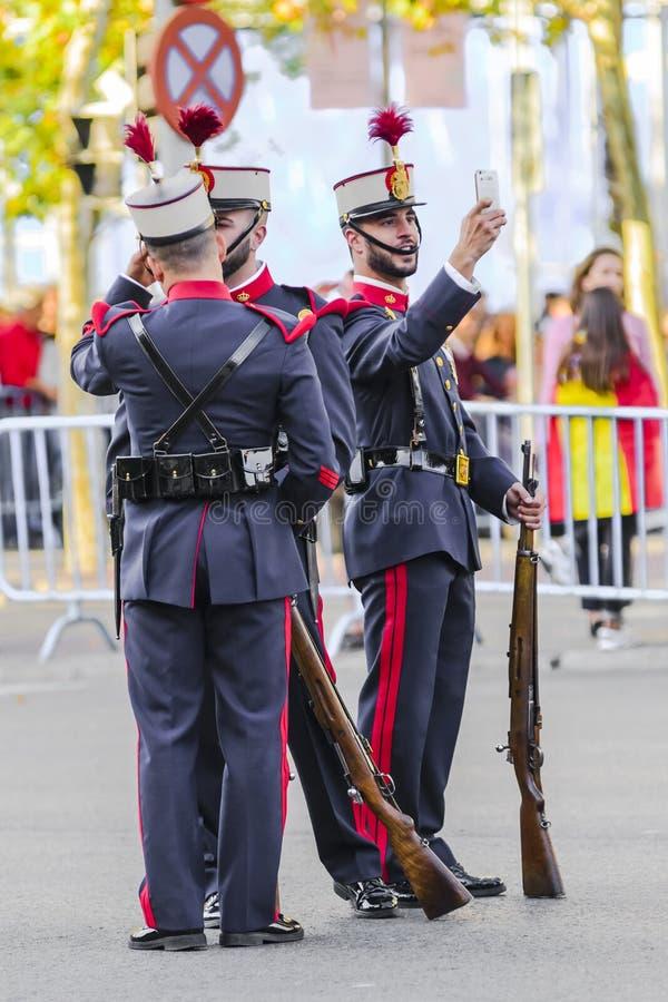 Spanischer königlicher Schutzsoldat, der ein selfie nimmt stockbild