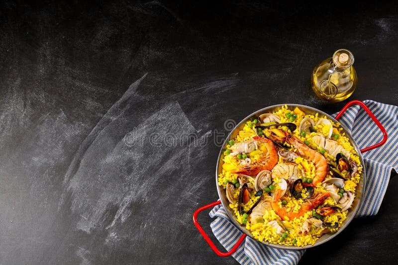 Spanischer Meeresfrüchte-Paella-Teller mit frischem Scampi stockbild