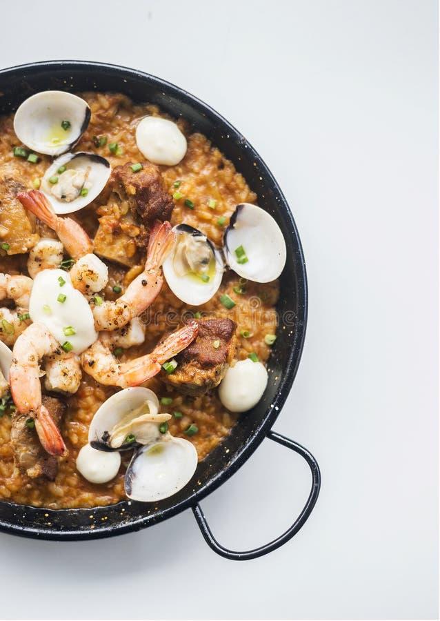 Spanischer Meeresfrüchte- und Reispaella Risotto auf weißem Hintergrund stockfoto