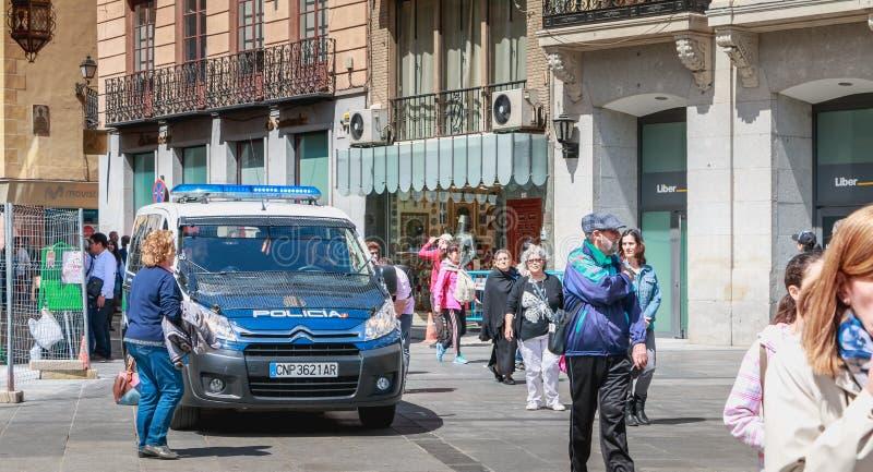 Spanischer Polizeiwagen überwacht Touristen in Toledo lizenzfreie stockfotografie