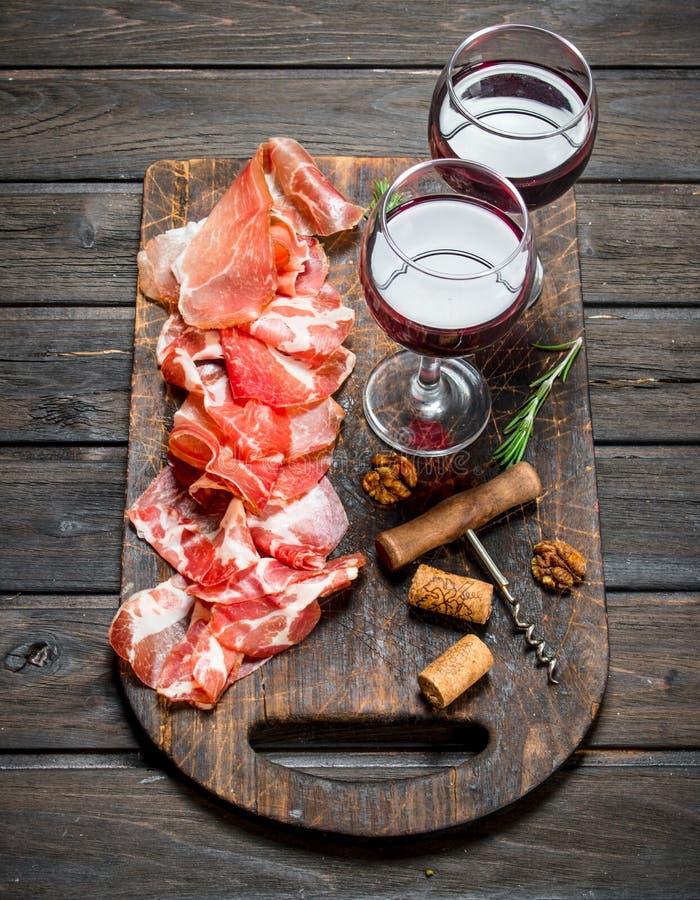 Spanischer Schinken mit einem Glas Rotwein stockfotografie