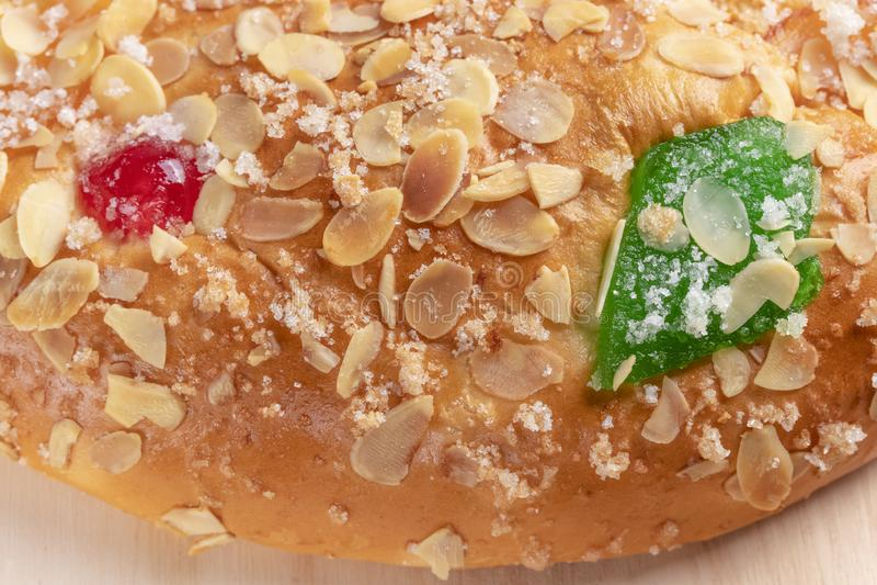 Spanischer typischer Offenbarungskuchen Roscon de Reyes auf einem hölzernen Hintergrund lizenzfreies stockfoto