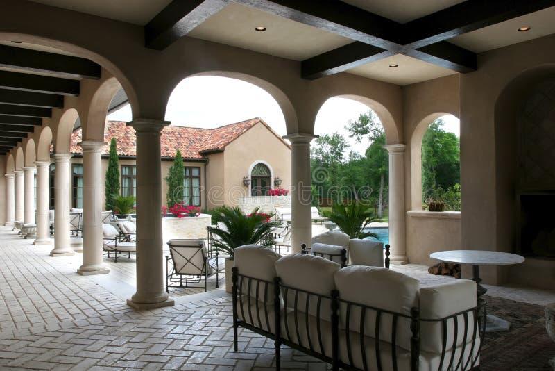 Spanisches Artluxuxhaus und -pool stockbild