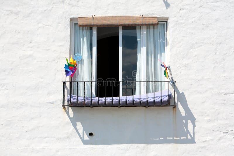 Spanisches Gebäude und Fenster am sonnigen Tag stockfotografie