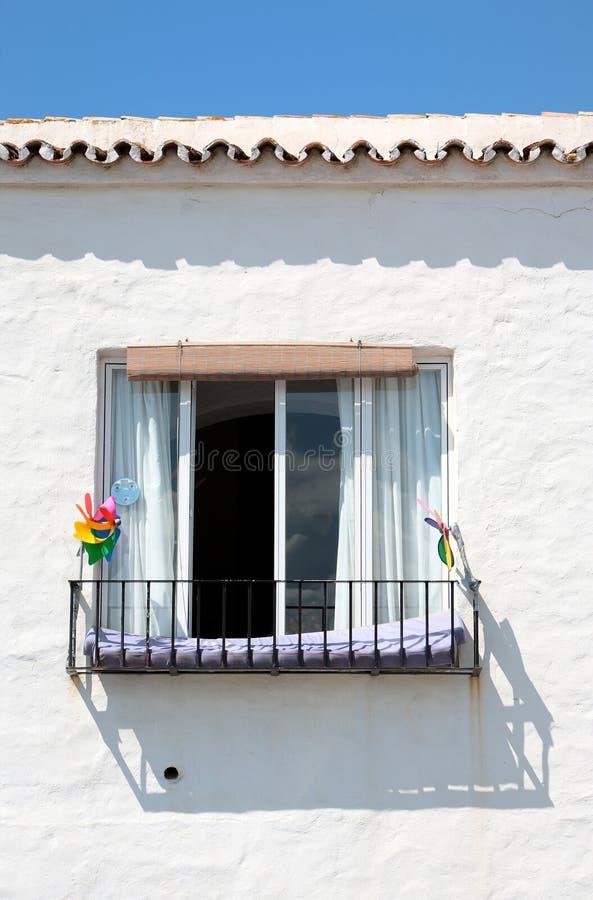 Spanisches Gebäude und Fenster am sonnigen Tag stockfotos