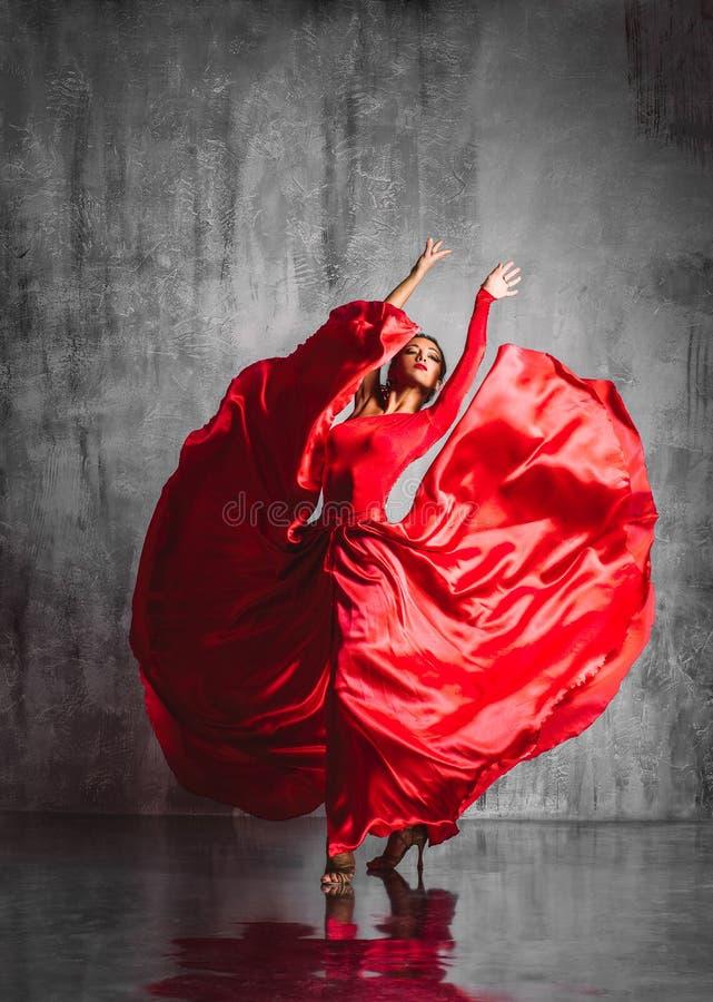 Spanisches Mädchen mit Gebläsetänzen ein Flamenco, Abbildung stockbild