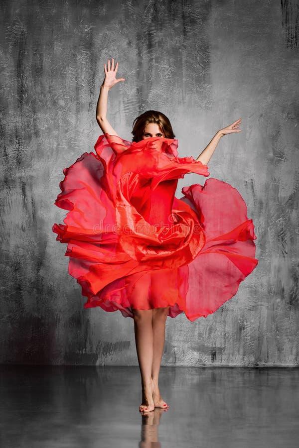 Spanisches Mädchen mit Gebläsetänzen ein Flamenco, Abbildung stockfoto