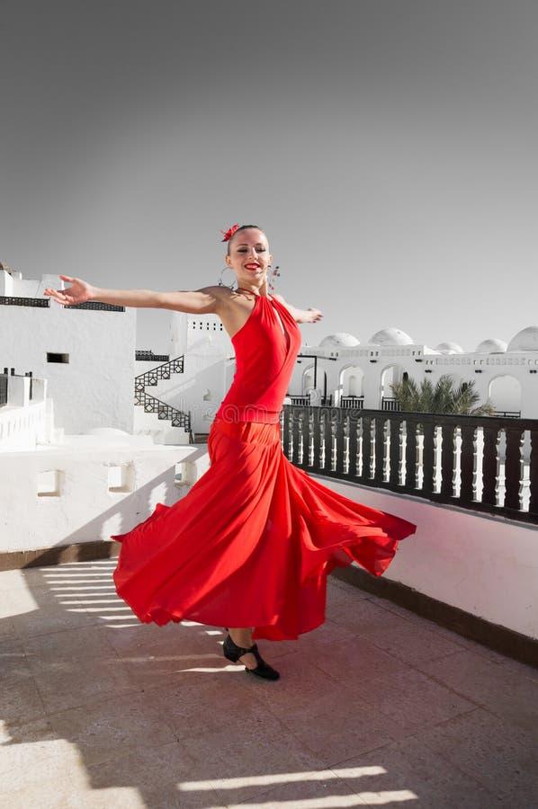 Spanisches Mädchen mit Gebläsetänzen ein Flamenco, Abbildung stockbilder