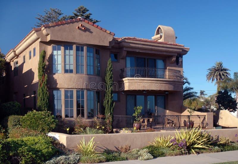 Spanisches mit Ziegeln gedecktes Haus lizenzfreie stockbilder