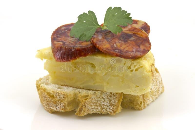 Spanisches Omelett mit Chorizo?? Iberico lizenzfreie stockfotos