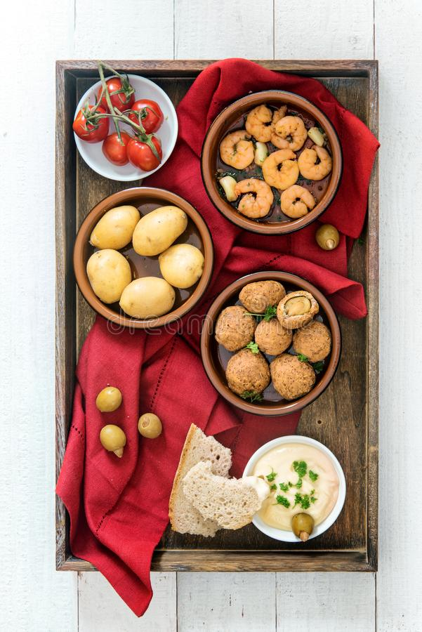 Spanisches Tapasfingerfood, gebackene Oliven, Garnelengarnelen, Kartoffeln lizenzfreie stockbilder