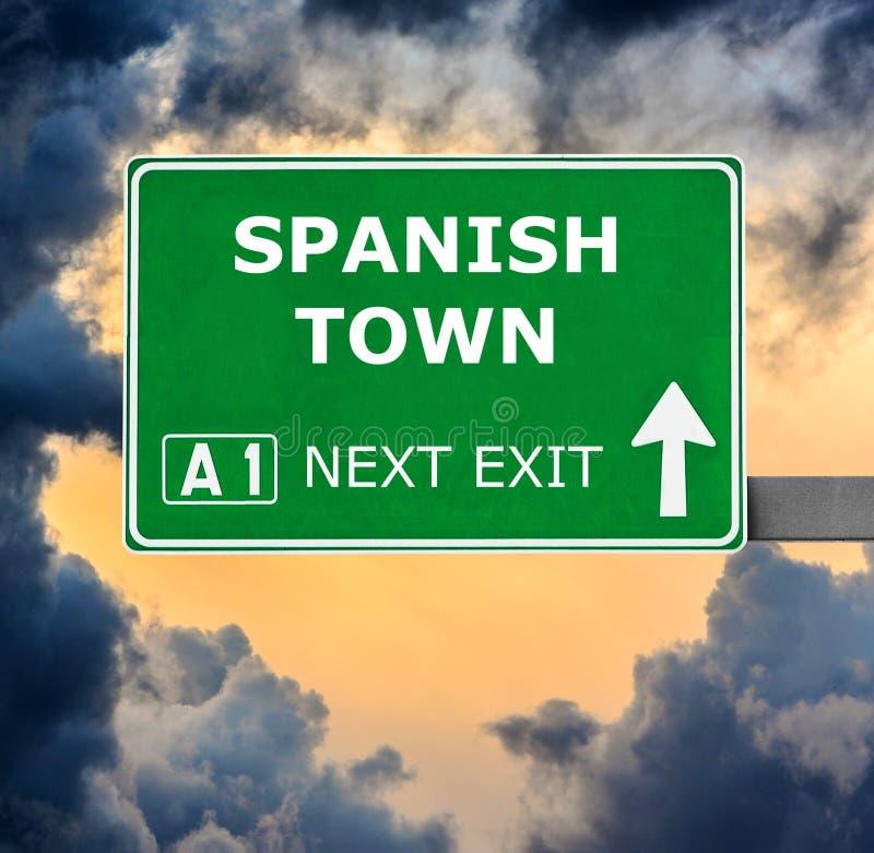 SPANISH TOWN drogowy znak przeciw jasnemu niebieskiemu niebu fotografia stock