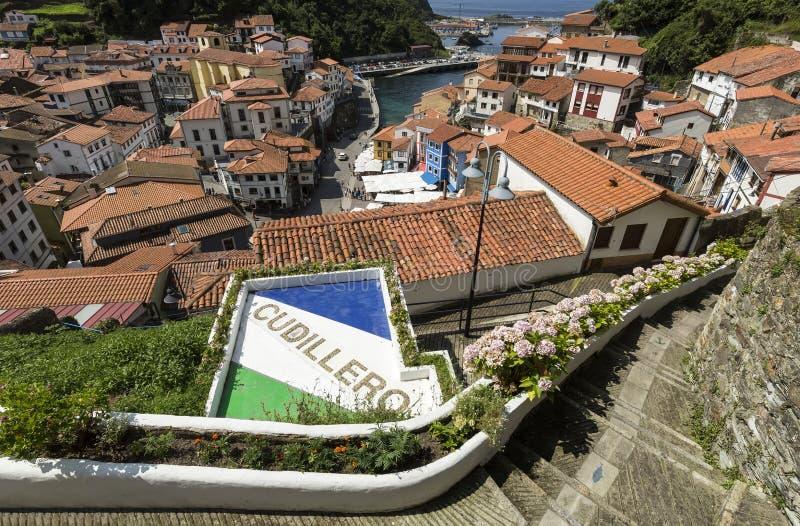 Spanje, Asturias, Cudillero, Cuideiru: Kleurrijke traditionele huizen met rode dakbovenkanten en haven in het stadscentrum van de royalty-vrije stock foto's