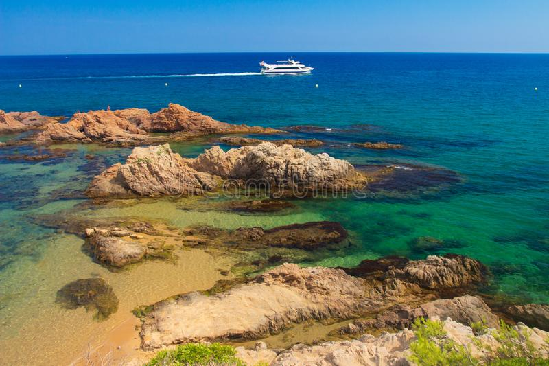Spanje, Costa Brava-kustlijn Mediterraan zeegezicht met wit jacht royalty-vrije stock afbeelding