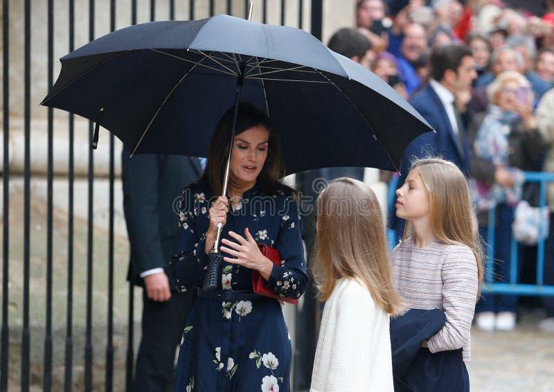 Spanje Koningin Letizia en Prinsessen die een massa van zondagpasen in Mallorca bijwoont royalty-vrije stock fotografie