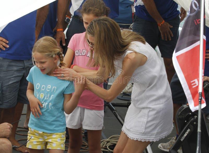 Spanje Koningin Letizia het spelen met haar neven royalty-vrije stock afbeeldingen