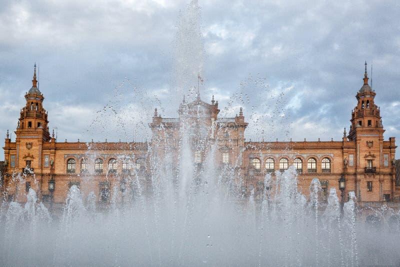 Spanje Square Plaza DE Espana is in Openbare Maria Luisa Park, in Sevilla, mening door de fontein royalty-vrije stock afbeelding