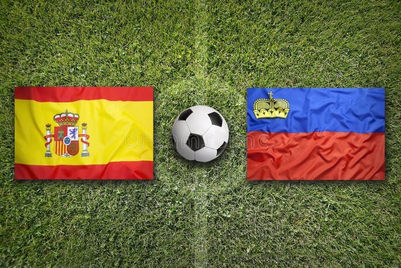 Spanje versus Frankrijk De vlaggen van Liechtenstein op voetbalgebied stock fotografie