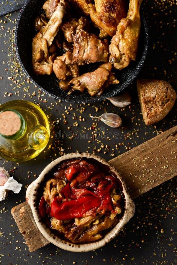 Spanjor grillad grönsaker, höna och kanin royaltyfria foton