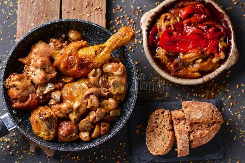Spanjor grillade höna, kanin och grönsaker fotografering för bildbyråer