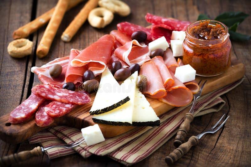 Spanjoren kurerade kött- och osttapas arkivbild