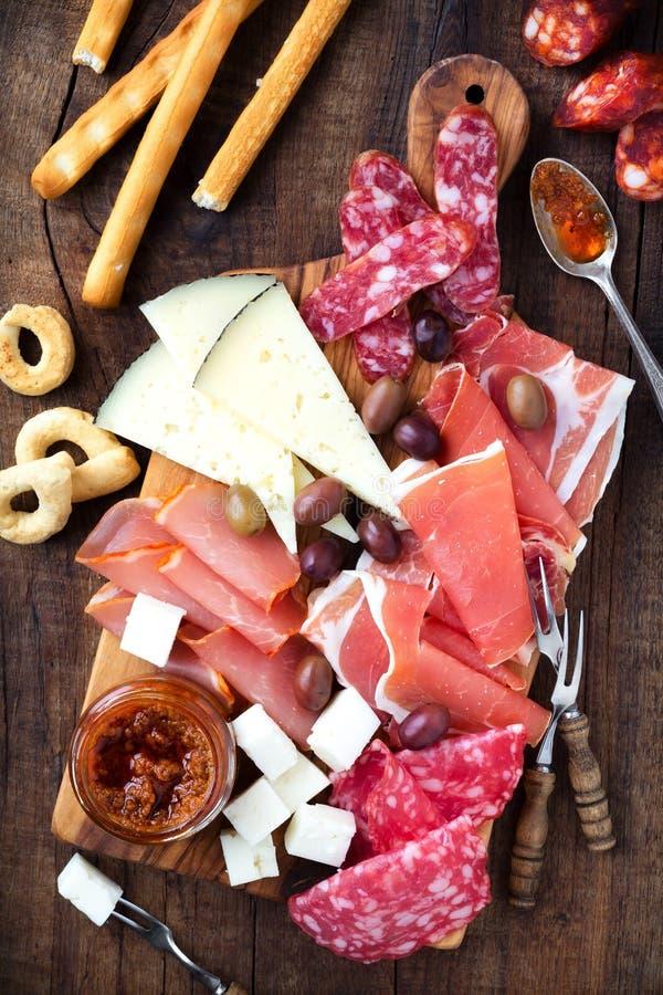 Spanjoren kurerade kött- och ostuppläggningsfatet royaltyfri foto