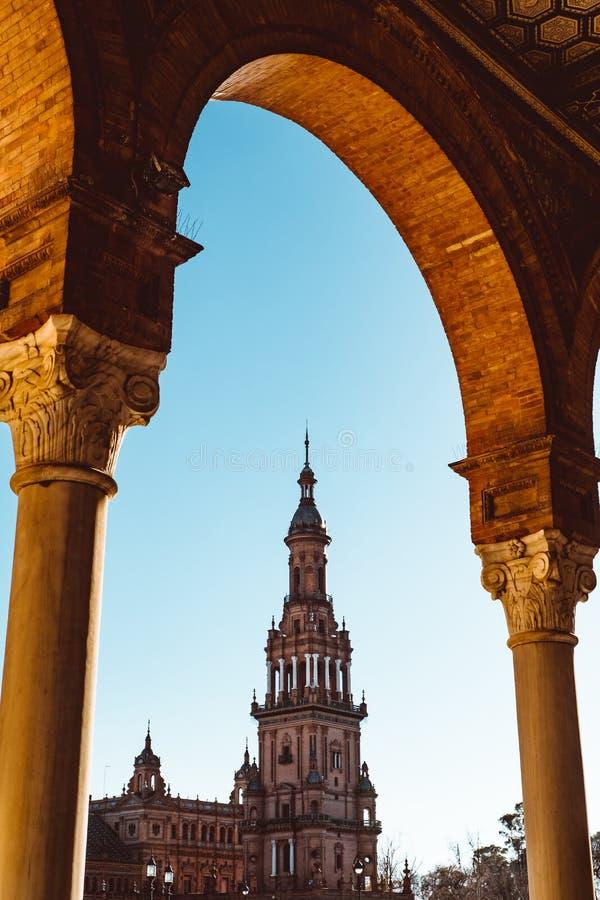 Spanjoren kvadrerar Plaza de Espana i Sevilla p? solnedg?ngen, Spanien fotografering för bildbyråer
