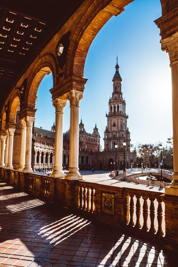 Spanjoren kvadrerar Plaza de Espana i Sevilla p? solnedg?ngen, Spanien royaltyfri fotografi