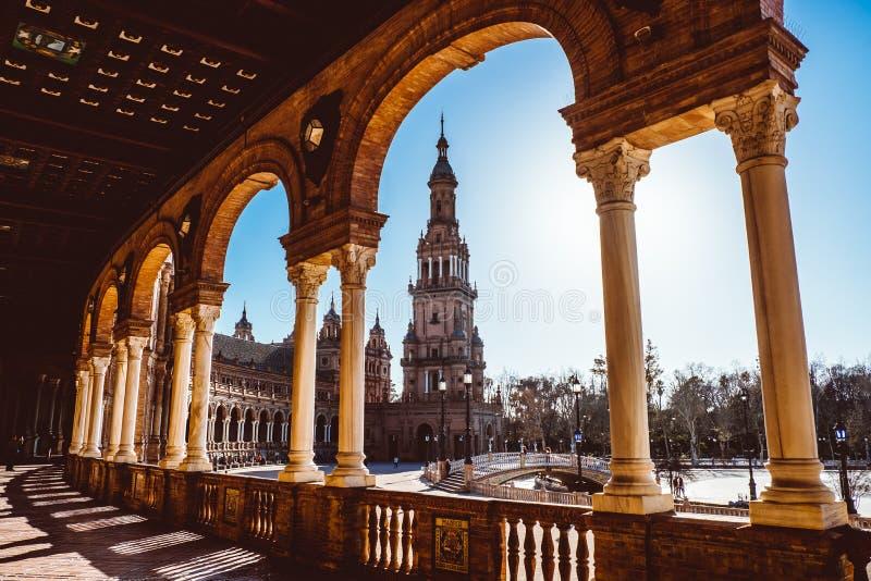 Spanjoren kvadrerar Plaza de Espana i Sevilla p? solnedg?ngen, Spanien royaltyfri foto