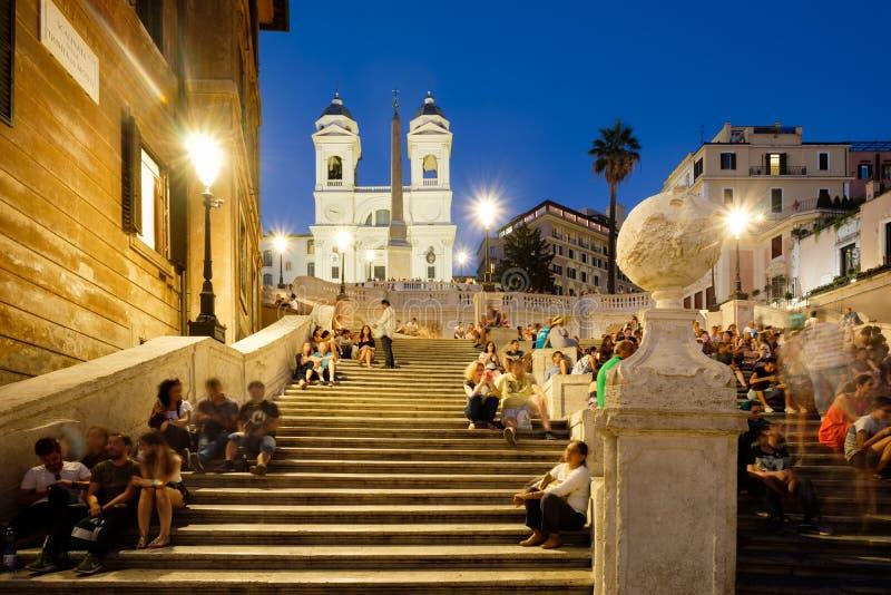 Spanjormomenten i centrala Rome som är upplyst på natten royaltyfria bilder