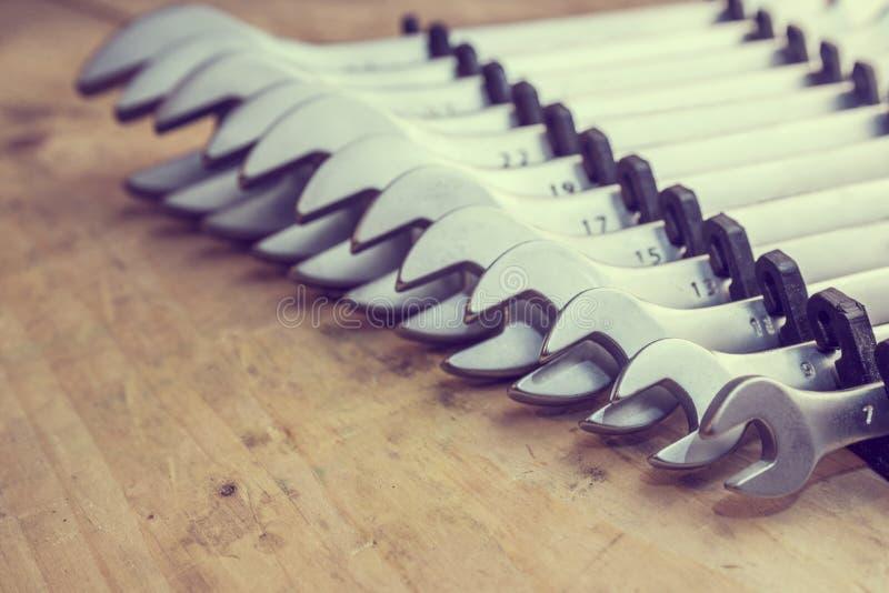 spanners Muchas llaves Fondo industrial Fije del equipo de la herramienta de la llave Fije de llaves en diversos tamaños foto de archivo