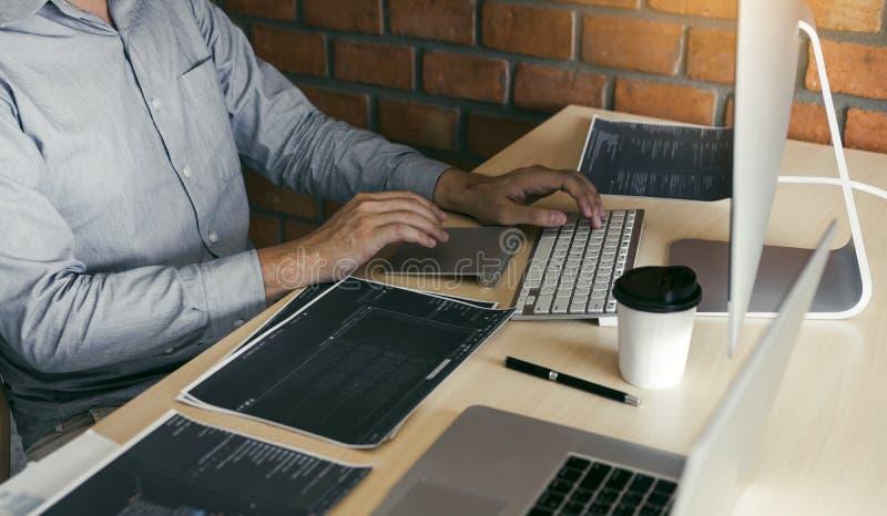 Spanning die programmering het kijken ontwikkelen codagetechnologie die aan computer werken royalty-vrije stock afbeelding