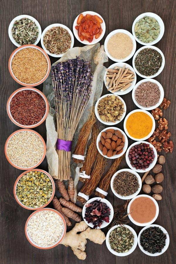 Spanning en bezorgdheids verlichtend voedsel met kruiden en kruiden, supplementpoeder en capsules die ook ontspanning helpen en v royalty-vrije stock foto's