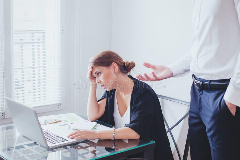 Spanning op het werk, emotionele druk, boze chef- en vermoeide ongelukkige werknemer royalty-vrije stock foto